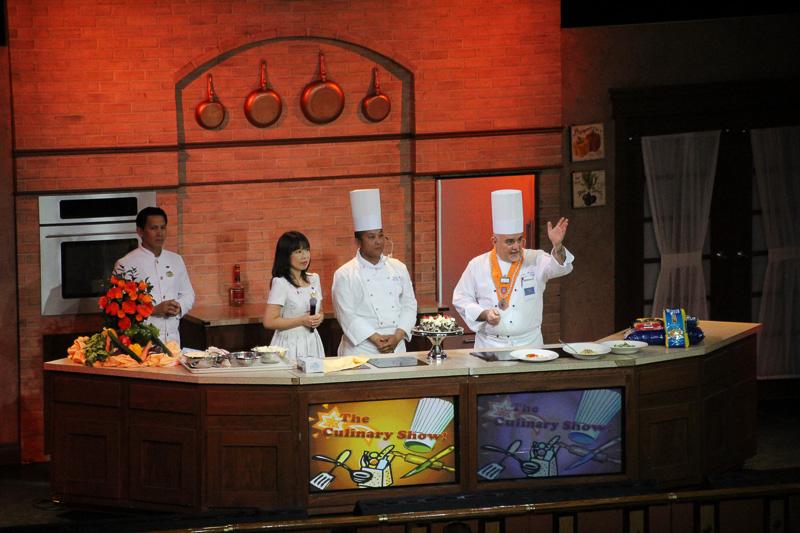「クッキングショー」総料理長による料理ショー。調理室ツアーつき
