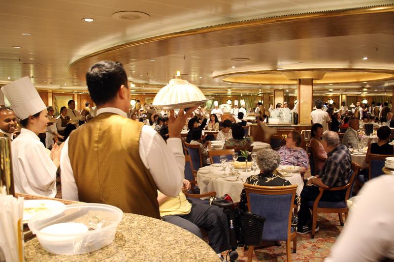 ホールとキッチンのスタッフ全員でデザートを持ってレストラン内をパレード