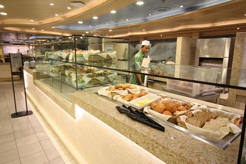 パンは特に種類豊富。船内で焼かれたパンが並ぶ
