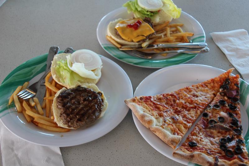 トライデント・グリルのハンバーガーとプレーゴのピザ