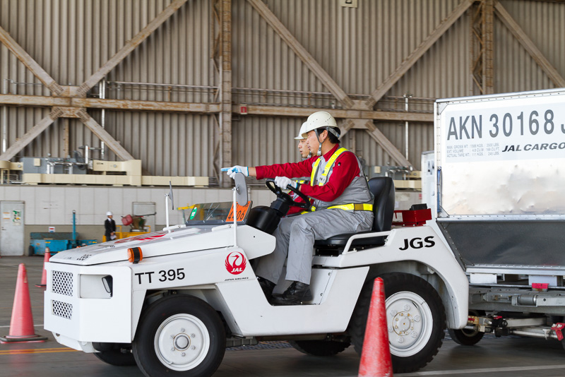 BULK部門の競技場面。安全確認をしながら、繊細なハンドルワークで7の字コースを通過する。時には助手席の人が降りて目視で確実に誘導する