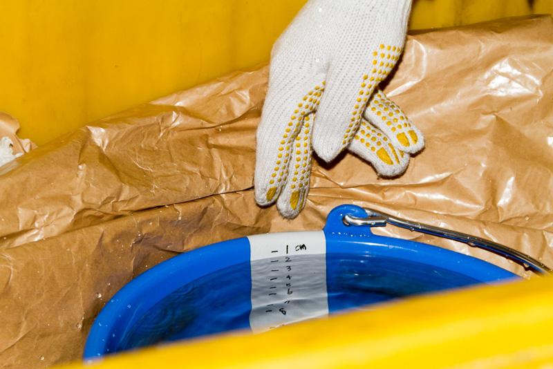 中には満水のバケツが置かれ、貨物取扱の丁寧さがチェックされる