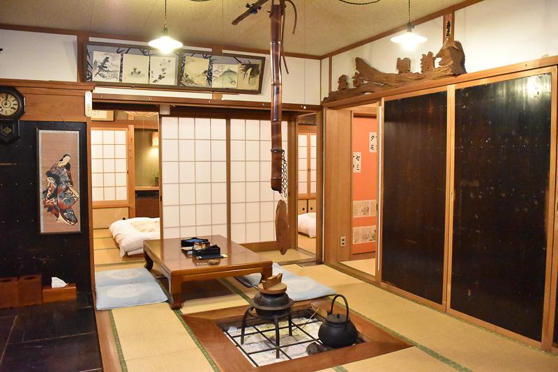 囲炉裏のまわりにお部屋がいくつかある別館
