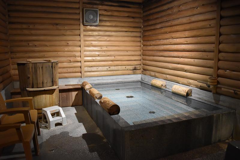 グループごとに貸し切りができる光明石之湯(その1)。左にあるのは五右衛門風呂!