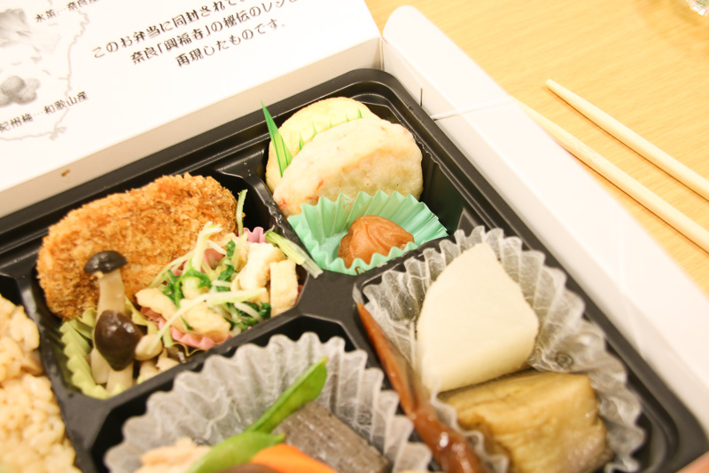 紀州梅や生姜天は全体を引き締めてくれる味。手前の煮物の間に秘伝レシピの「ごま味噌」が挟まっています