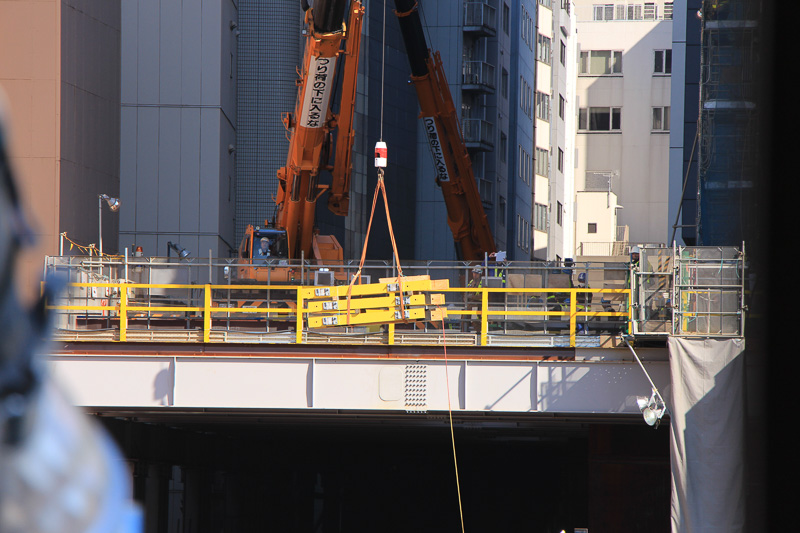 枕木の搬入は線路の上、渋谷ヒカリエの北側に設置されたクレーンで行なわれていた