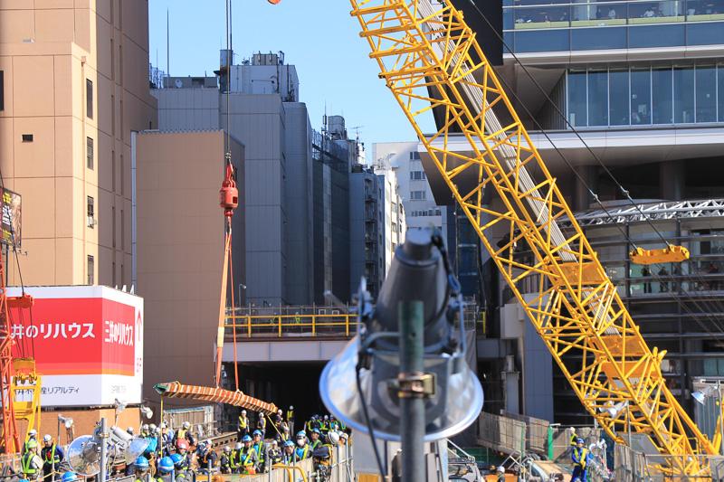 線路の搬入作業風景。長尺物なのでクレーンで吊り上げながら両端に付けられたロープで向きをコントロールしていた