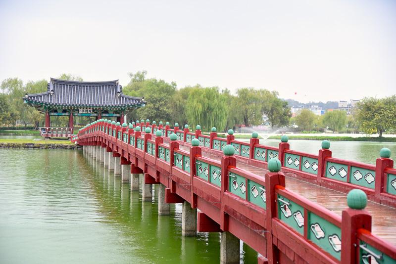 手前には長い橋があり、欄干4つ目あたりに立つ姿を撮影すると美しい写真になる