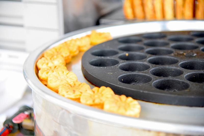 駐車場には蓮にちなみ、形の似た菊形のパン(1袋3000ウォン、約300円)を販売。ミニカステラ風味のふんわりパンで、中に餡が入っている