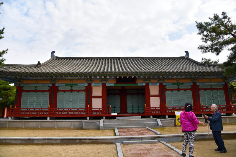 撮影で現在も使われているため寺院の看板は付け替え可能なように無地