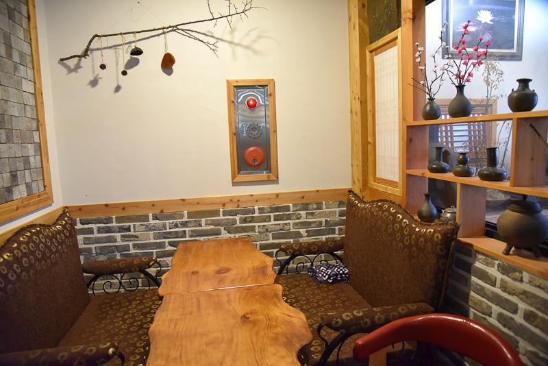 木調の落ち着いた店内は心地よい静けさが漂う