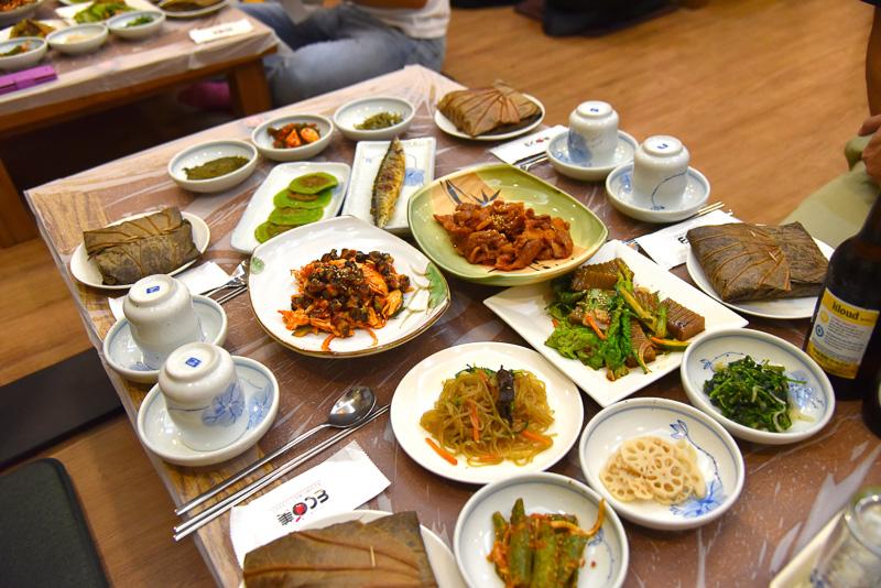 4人前の「サビ饗宴ご飯定食」。副菜もずらりと並ぶ