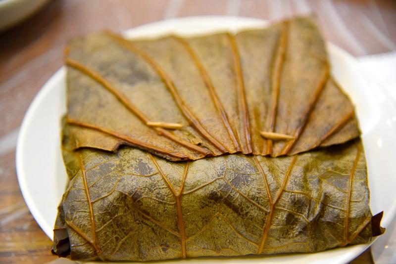 ハスの葉ご飯。開けるとハスの香りがふわりと舞う。もちもち食感とおこげのカリカリのコントラストが美味しい
