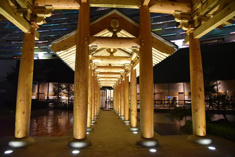 百済建築様式を使った渡り廊下などが特徴。撮影スポットとしてもよい