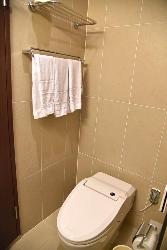 バスルームとトイレも2つずつ完備。ベッドルーム側はバスタブ付き