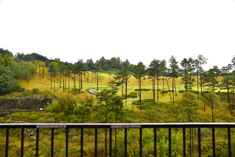 広々としたバルコニーからゴルフ場やまわりの山々を一望できる