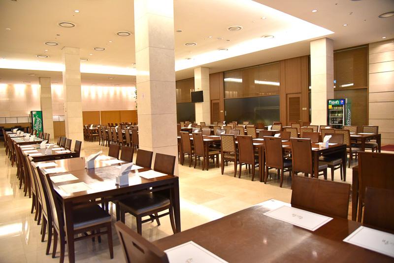 朝はホテル1階の「ボンディマスル」へ。7時から10時の間に朝食を提供する