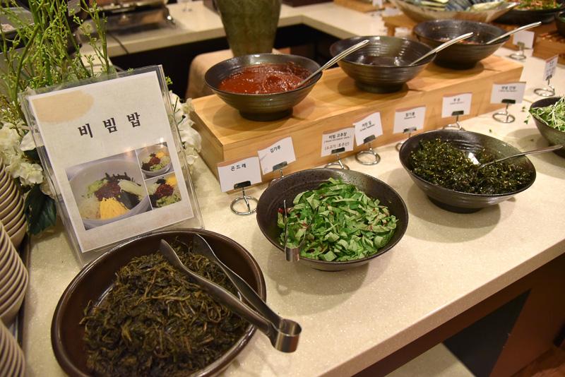 山菜ビビンバのゾーンには韓国海苔や野菜類など具材がたっぷり。五穀米に載せ、最後にタレやコチュジャンをトッピングし味わおう