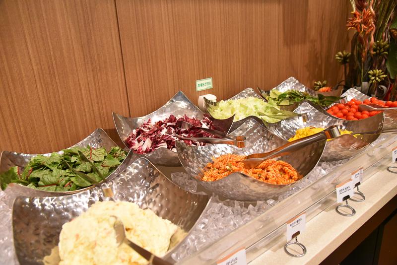 新鮮な野菜やサラダ類もたっぷり