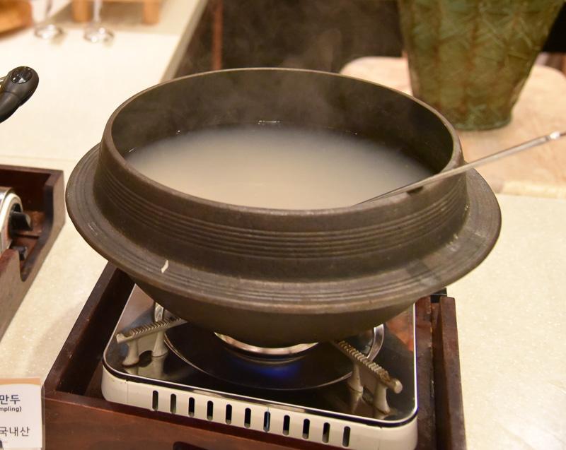 「山菜ビビンバ」と「ヌルンジ」をチョイス。自分のペースで食べたい分だけ味わえるのがうれしい