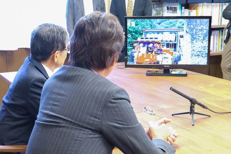 新番組「日本遺産」の第1回放送分のダイジェスト版を視聴する草刈正雄さんと宮田亮平長官