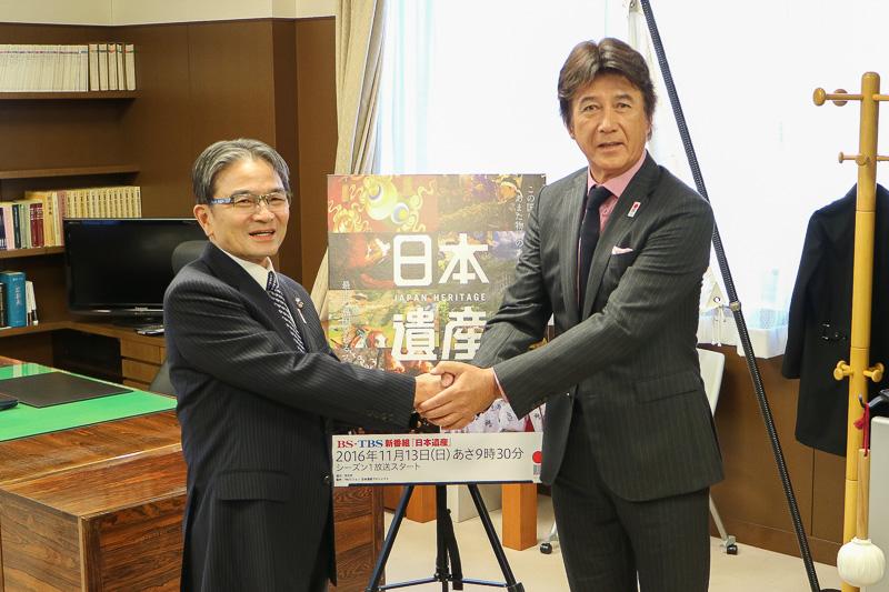 宮田亮平氏長官と草刈正雄さんががっちりと握手