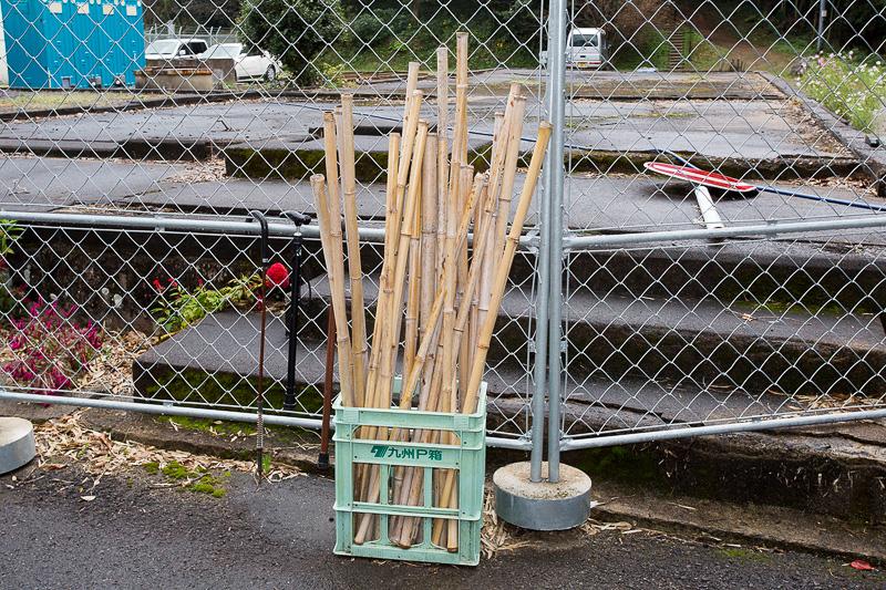 駐車場から3号塔までの距離は近いが、未舗装の坂道があるので見学の際は歩きやすい靴を履きたい。入り口付近には竹を使った杖が用意されていて、必要な人に貸し出ししていた
