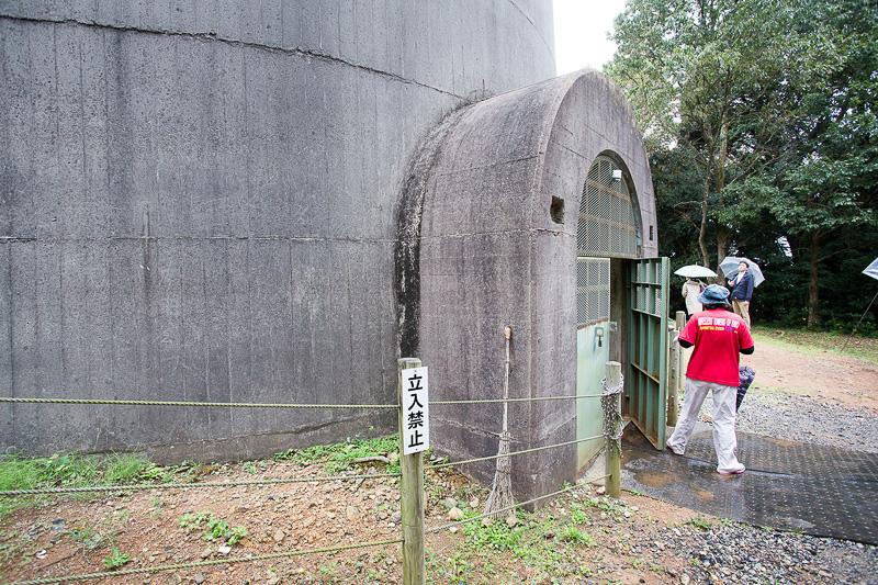 無線塔は鉄筋コンクリート造りで高さは約136m、塔の底部の直径は約12m、頂上付近の直径は約3m。塔の壁の厚みはなんと約76cmもある。使用したセメントの砂と玉砂利は、佐賀県唐津にある松浦川から運ばれたといわれている。非常にていねいに選別された材料を使ったという。工法も凝っていて基礎は固い岩盤を直径30mほど堀り、13~32mmの鉄筋を組んで基礎のコンクリートを打設した。この工法を行なうことで136mあるこの巨大な塔ながら、地下部分には6mしか入っていないという。