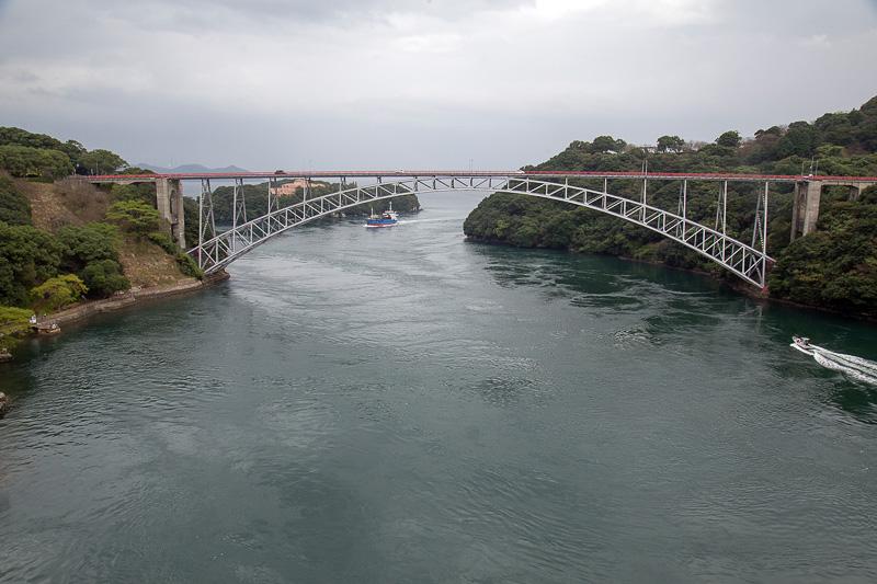針尾送信所の全景を見るために、少し離れた新西海橋へ移動。眼下は針尾瀬戸で、大村湾と外海をつなぐ海の出入り口。ここは渦潮が発生するポイントでもある