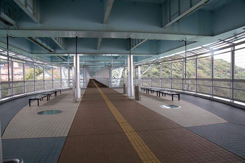 橋にある歩道は見学用に整備されている。渦潮発生の時間の目安の時間表もあった