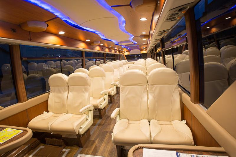 これが海風バス。アテンダーが同乗し、内装も本革シートと豪華。予約制でコースは通常版3つのほかに、月に2回だけあるプレミアムコースもある。途中下車も可能で、空席があれば後続の海風バスに乗ることも可能(1回のみ)。運休日もあるので事前に確認のこと