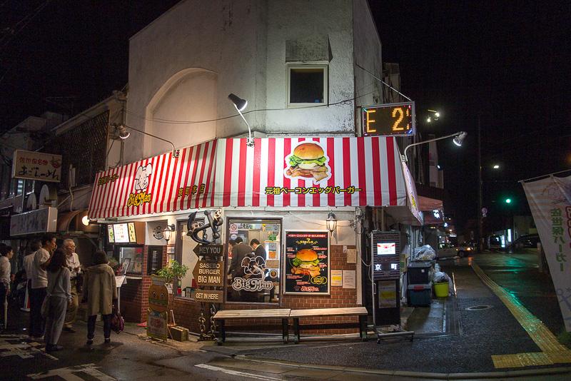 さらに夜食として、佐世保の名物にもなった佐世保バーガー。これは店ごとに内容が違いボリュームも異なる。これを目当てに行く場合、下調べは有効。駅、宿泊施設、バスセンターなど街の各所に佐世保バーガーのお店の位置や特徴が載ったパンフレットが用意されているのでそれも入手したい