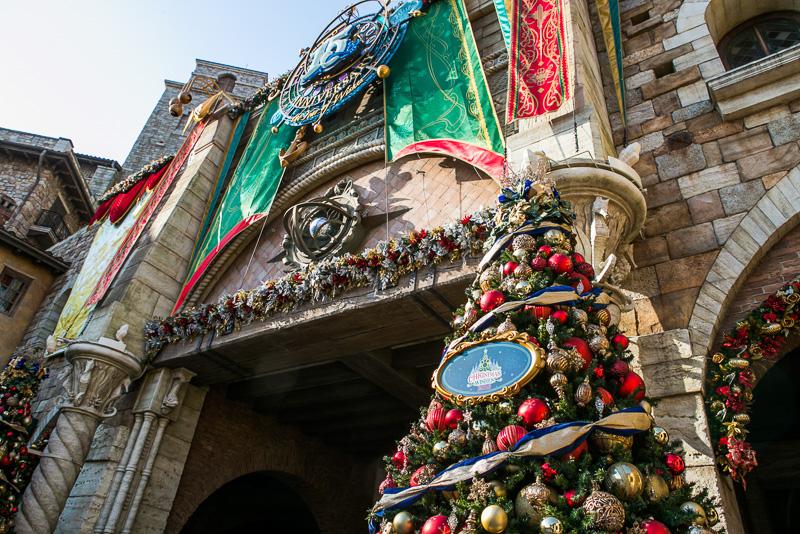 メインエントランス入り口に置かれたツリーには「CHRISTMAS WISHES 2016」の飾りが付く