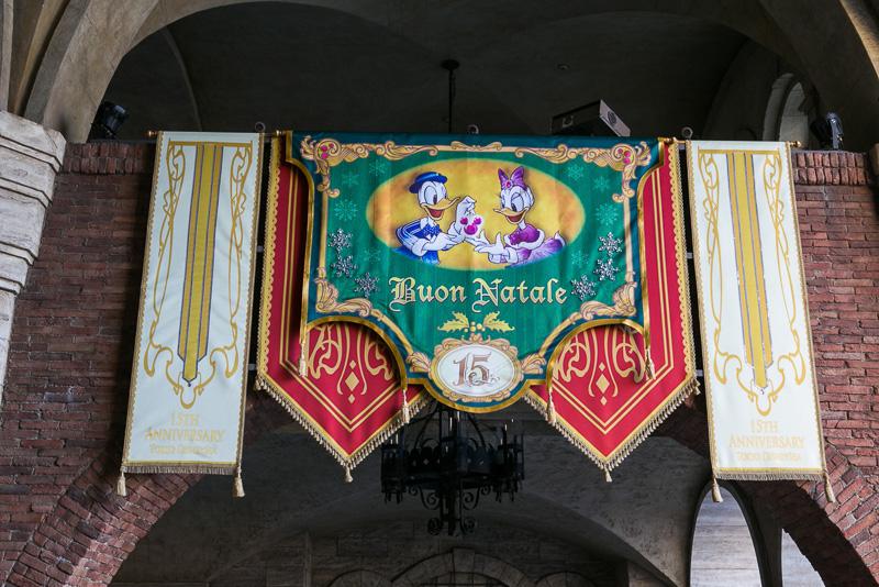 バナーにはミッキーマウスや仲間たちがクリスタルをプレゼント
