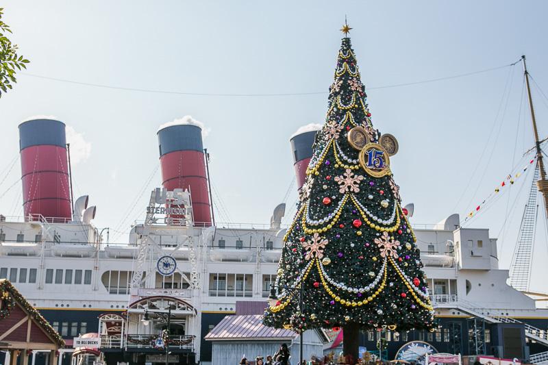 15周年の飾りが付けられた高さ約15mの巨大なツリー