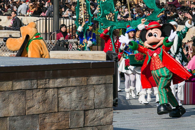 声援に応え、ステージに向かうミッキーマウス