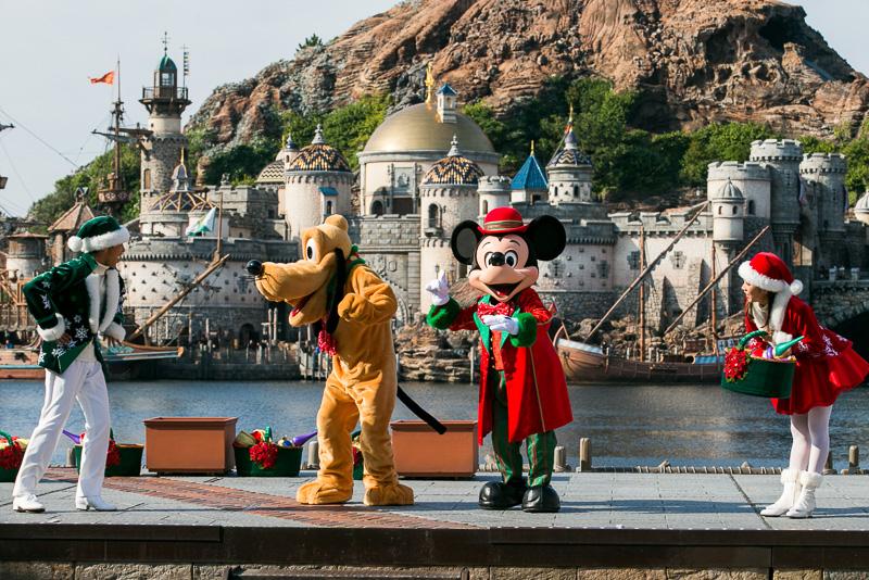「みんなのクリスマスを披露してもらおう」と仲間たちに呼びかけるミッキーマウス
