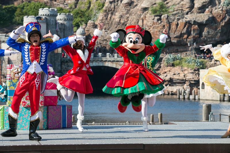 おもちゃの人形のダンサーが登場し、ミニーマウスたちも一緒に踊りだす