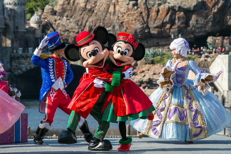 ミッキーマウスが再び登場し、みんなでダンスを繰り広げる