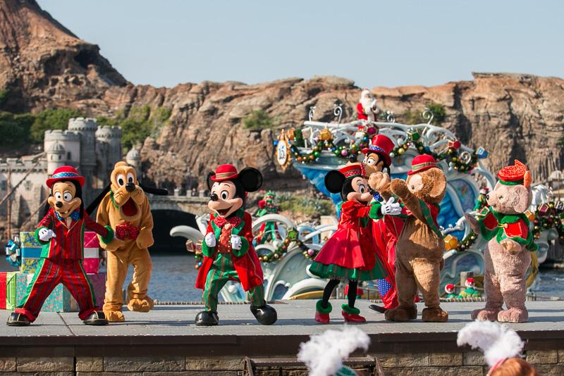 ミッキーマウスの「最後は、このひとときを盛大にお祝いしよう」の掛け声でみんなで、歌い、踊り、クリスマスをお祝いする