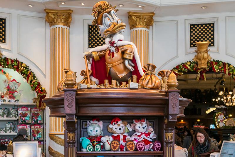 オーナーのスクルージ・マクダックスもクリスマスを楽しんでいる