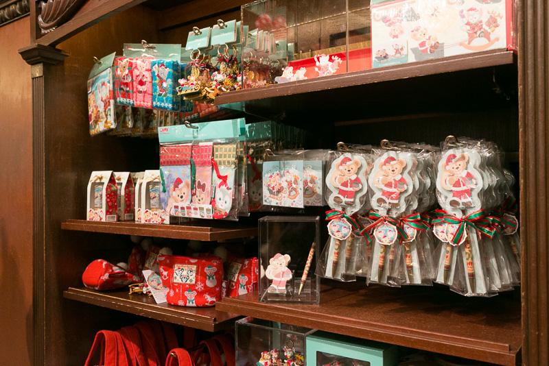 店内にはメモ&ボールペン(900円)やリップクリーム&ハンドクリーム(1800円)などラッピングされた小物などが置かれている