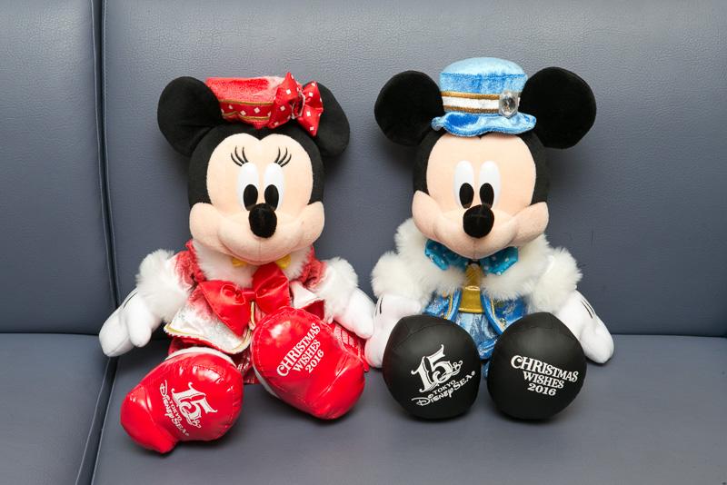 ショップをまわると、東京ディズニーシー限定のミッキーマウス、ミニーマウスのぬいぐるみ(各4500円)やデミタスカップ&ソーサー(2350円)などさまざまなアイテムが所狭しと置かれている