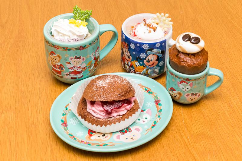 マンマ・ビスコッティーズ・ベーカリーのミックスベリーソースのカップケーキ、スーベニアカップ付き(850円)やケープコッド・クックオフのミルクティームーススーベニアカップ付き(880円)、コーヒーカップケーキ、スーベニアデミタスカップ付き(580円)、ラズベリークリームのパフケーキ、スーベニアプレート付き(880円)などのスペシャルメニューがある