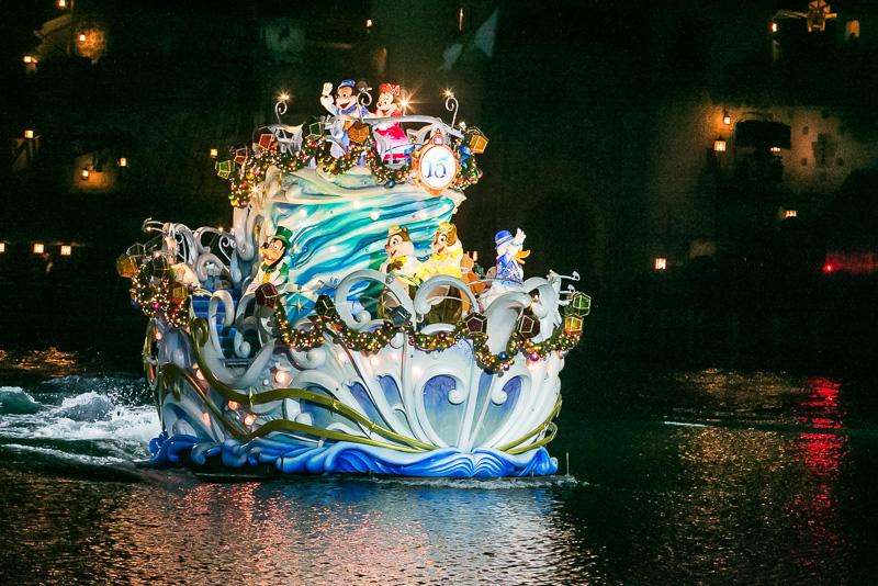 ミッキーマウスをはじめディズニーの仲間たちが乗った、東京ディズニーシー15周年のロゴマークとクリスタルが飾られた船が輝きを放ちながら登場する