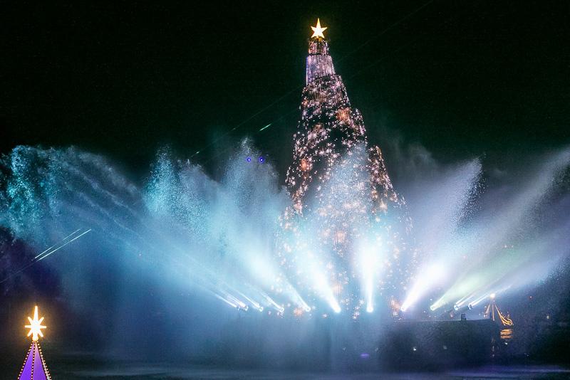 ミッキーマウスが「さあ、願いをかけるよ」と呼びかけると上部に光が放たれ、高さ約15mの巨大なツリーが現れる
