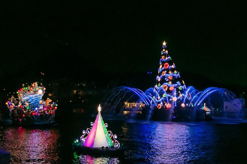 ミッキーマウスの「ここに集まったみんなでクリスマスをお祝いしよう」の声に合わせ、さまざまなクリスタルやオーナメントでクリスマスツリーが飾られる