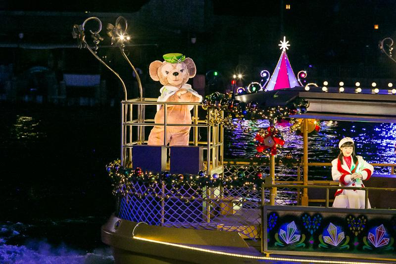 ミッキーマウスが「みんなの願いが叶うといいね」と言い、噴水とともにレーザーの光が輝き、色鮮やかなパイロが打ち上がる