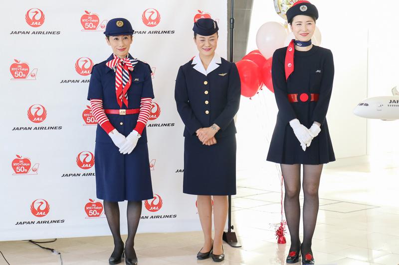 JALの歴代CA(客室乗務員)の制服のなかから3代目(中央)、5代目(右)、6代目(左)の制服を着用したCAが登場した