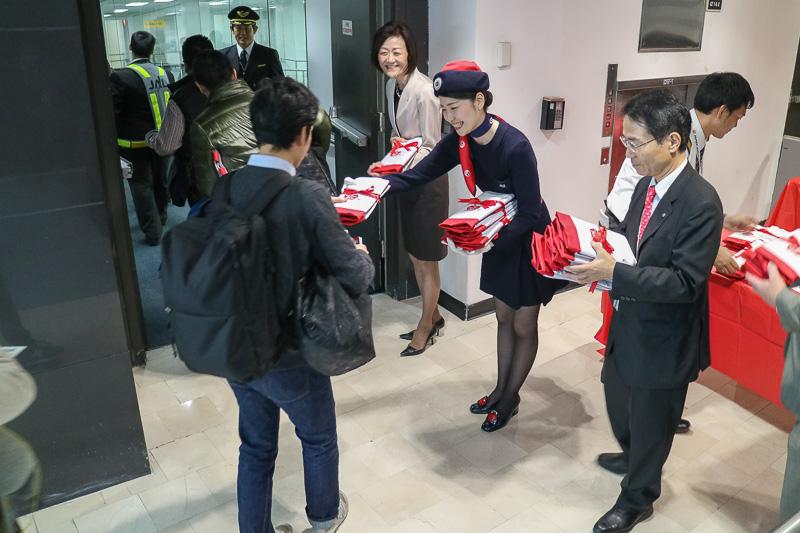 セレモニー終了後には大川順子氏やCAらから搭乗者に記念品が手渡された